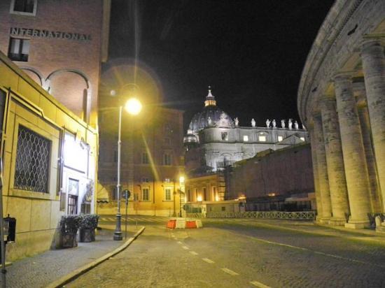 Residenza Paolo VI: entrée de l'hôtel à gauche, juste à côté de St-Pierre