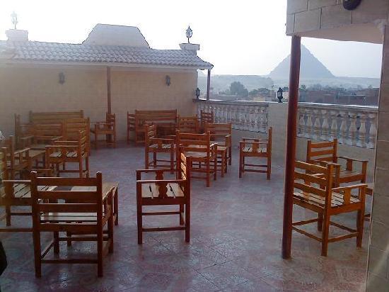 Pyramids Inn Motel: terrace