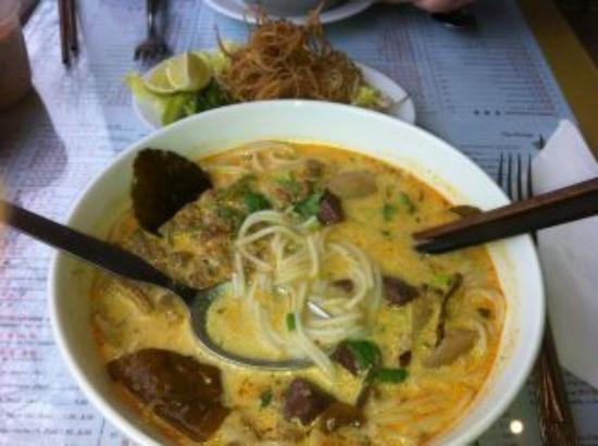 Lao Douang Paseuth: Spicy coconut rice noodle soup
