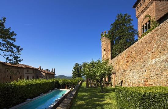 Castello di Gabiano: la piscina nel giardino all'italiana