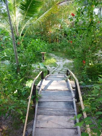 Freedomland Phu Quoc Resort: Bridge to treehouse room