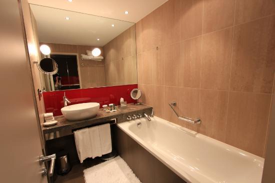 Hilton London Tower Bridge: Functional bathroom
