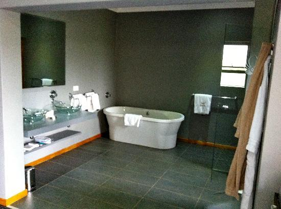 St Andrews Hotel & Spa: Huge bathroom... and so?