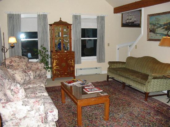 Pleasant Street Inn Bed & Breakfast: South living room