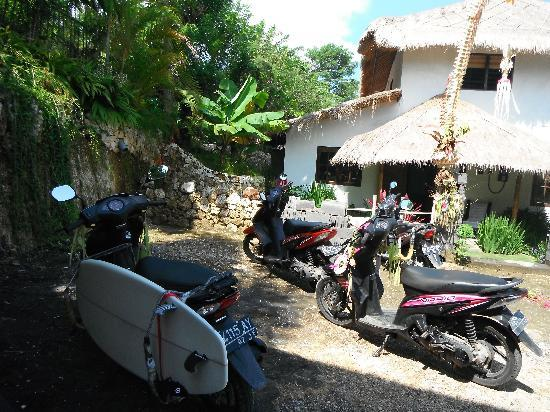 Kamafari Surfcamp: surf boards and scooters outside kamafari
