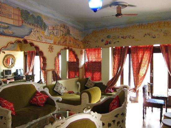 Hotel Pearl Palace: the common room