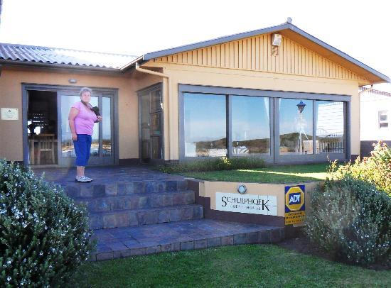 Schulphoek Seafront Guesthouse & Restaurant: Het guesthouse met uitzicht op de baai