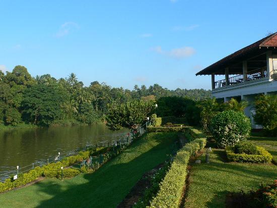 Cinnamon Citadel Kandy: Le jardin, la rivière et le restaurant
