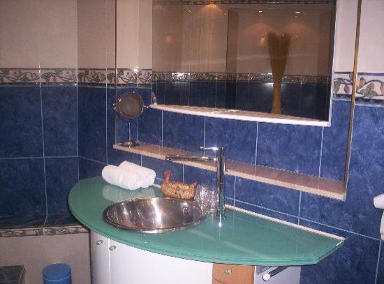 La Roseraie Biebler Hotel-Restaurant : le coin lavabo