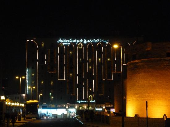 Arabian Courtyard Hotel & Spa : Front of the hotel at night