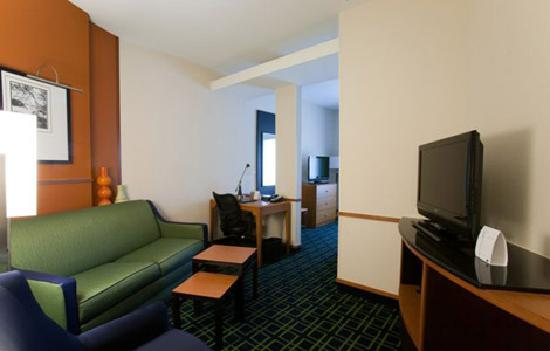 Fairfield Inn & Suites Houston Conroe Near The Woodlands®: Suite Sitting Area