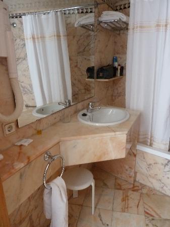 Globales Palmanova Palace: Baño con puerta abierta