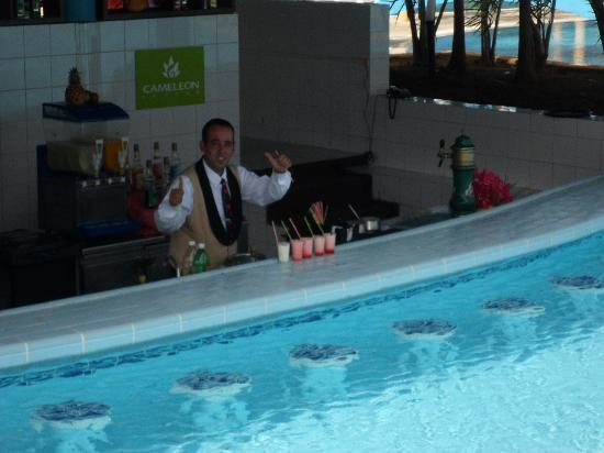Hotel Playa Coco: Aqua bar tender Gusatvo!