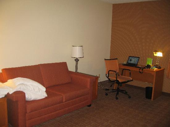 La Quinta Inn & Suites Jacksonville Mandarin: Pullout couch and desk