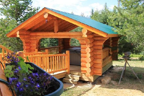Il Nido Country Inn : Log Hot Tub Gazebo