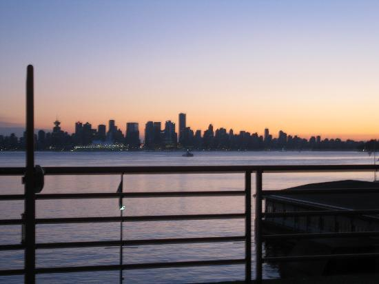 Lonsdale Quay Hotel: South View of Vancouver Skyline