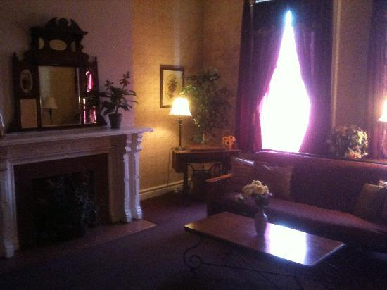 Biltmore Suites Hotel: Sitting Room