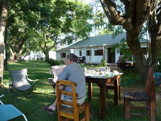 Addo African Home : lounging in the garden