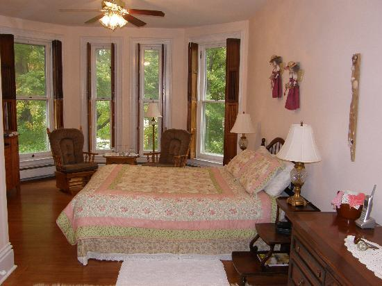 Brookside Manor Bed and Breakfast: Butternut Guest Room