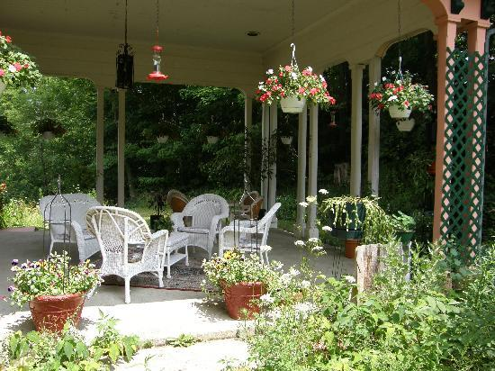Brookside Manor Bed and Breakfast : Side Patio