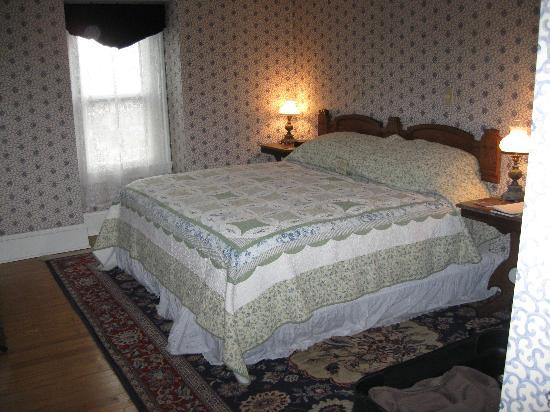 The Queen Victoria: King size bed, spacious room
