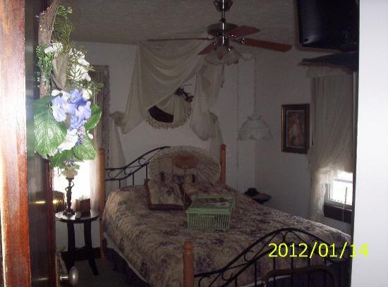 Renata's Bed and Breakfast: The Romantic Room                       Queen   SHOWER