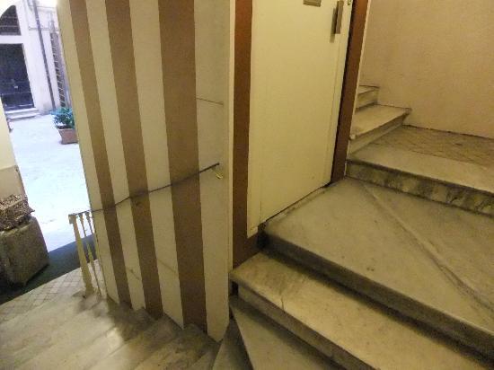 Hotel Milo: エレベーターまでの階段