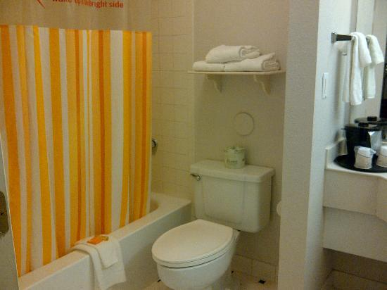 La Quinta Inn Denver Golden: shower & toilet