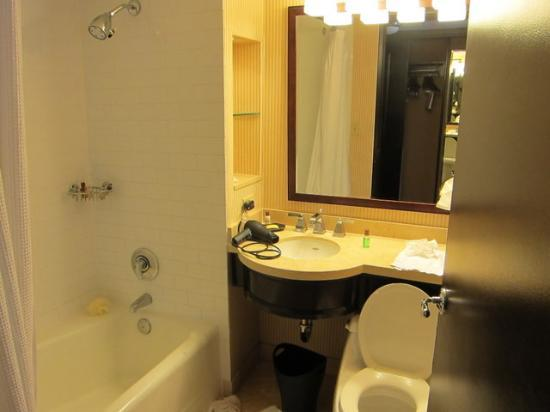 Sheraton Universal Hotel: Super Small Bathroom