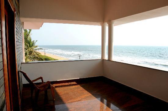 Sea Breeze Beach Inn: Dine with the view of Dark Blue Sea