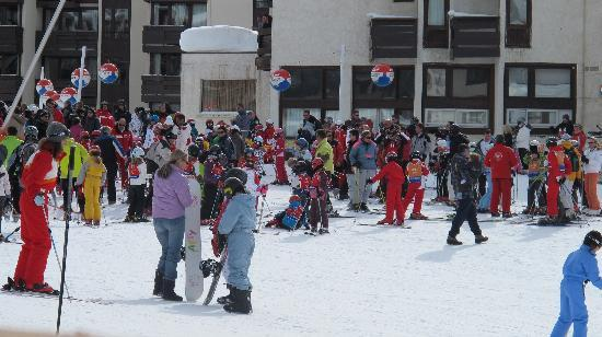 Hotel Le Ski d'Or: across from hotel where children are getting ready to start their day