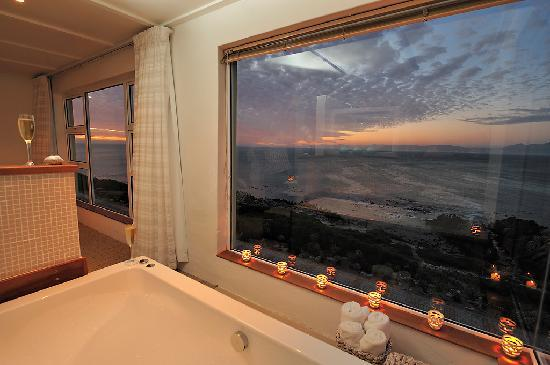Whalesong Lodge: Bath with a view - suite