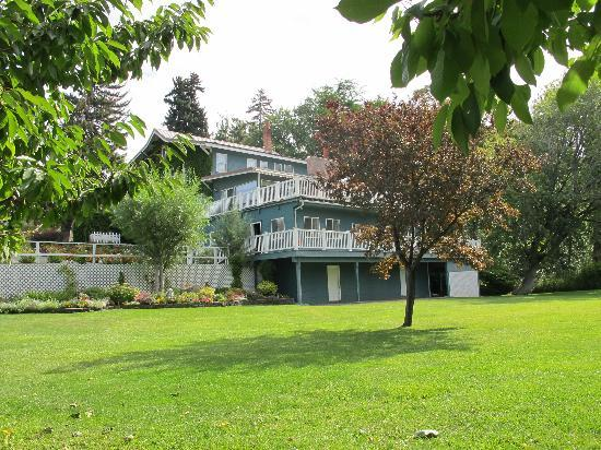 Warm Springs Inn & Winery: View from the river side of the house
