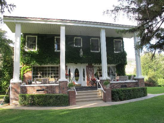 Warm Springs Inn & Winery: View of the front
