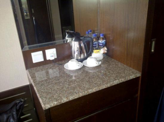 Hotel Grand Paragon: Coffee making facilites