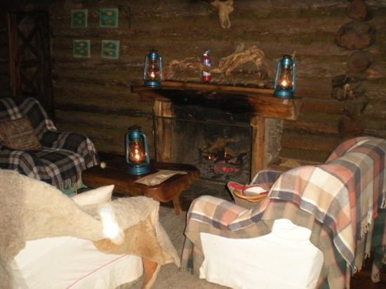 Rutundu Log Cabins: Main cabin sitting room