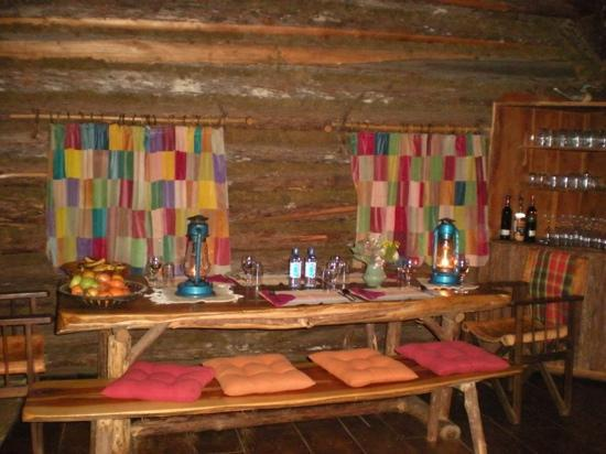 Rutundu Log Cabins: Main cabin dinning room