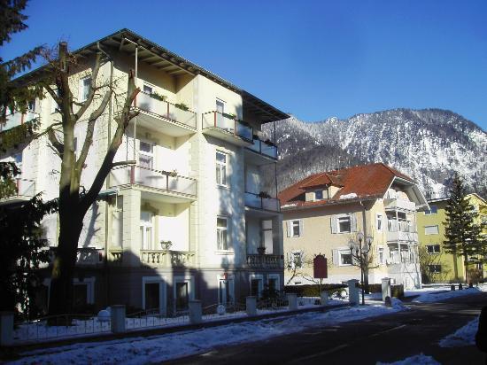 Hotel Almrausch: Blick auf das Hotel von der Straße her