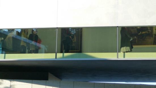 Hoki Museum: 上層階の片面は窓になっています。夏は暑さが心配。