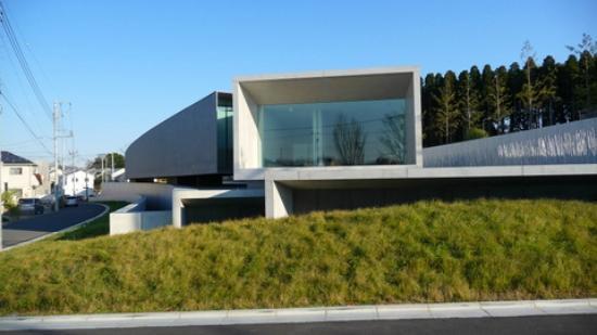 Hoki Museum: 駐車場側から見ると内部の広さが全くわからない構造です。