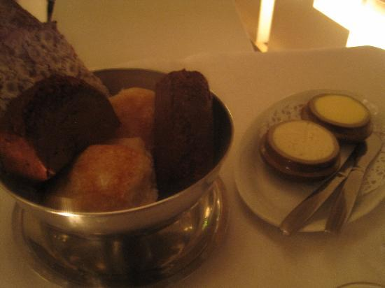 Brasserie Godot : Good selection of breads and spreads.