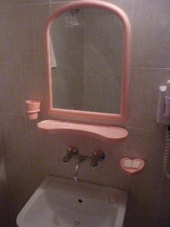 Club Jasmine Resort: naff pink plastic bathroom
