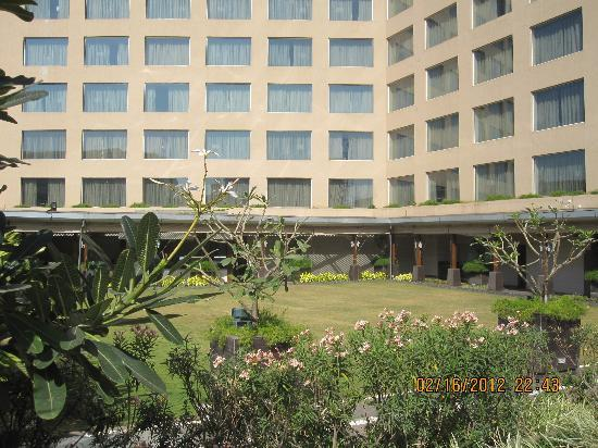 Courtyard Mumbai International Airport: Exterior of hotel