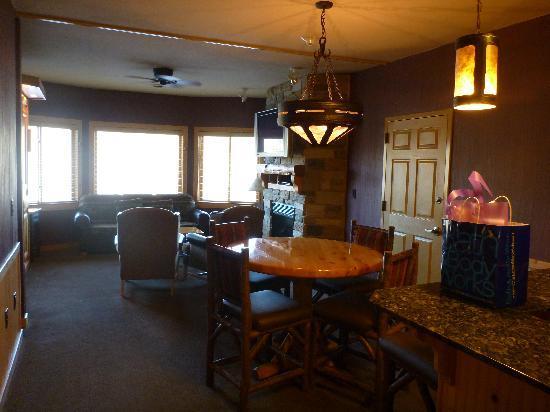 Glacier Canyon Lodge: Main living area