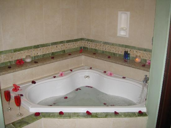 Sandals Royal Caribbean Resort and Private Island: Our butlers drew this bath for us!
