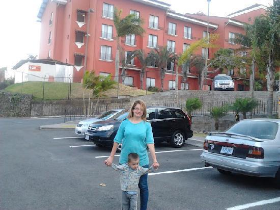 Courtyard San Jose Escazu: A las afueras del hotel Marriot