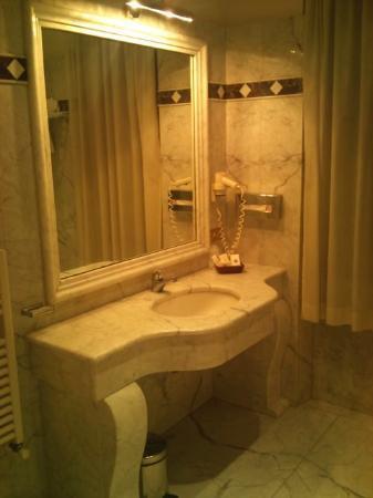 Hotel Flora: Salle d'eau