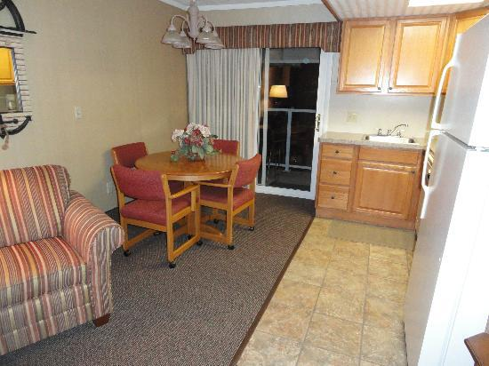 Pinestead Reef Resort: Dining table/kitchenette/living room