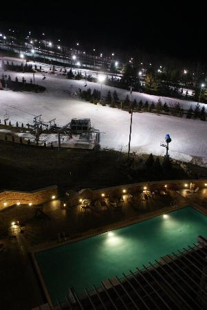 Bear Creek Mountain Resort: The pool at night (from our balcony)