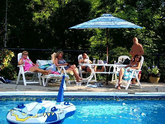 John Morris Manor Bed & Breakfast: Pool side fun